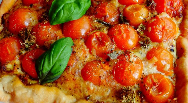 ricetta torta salata con pomodorini e basilico