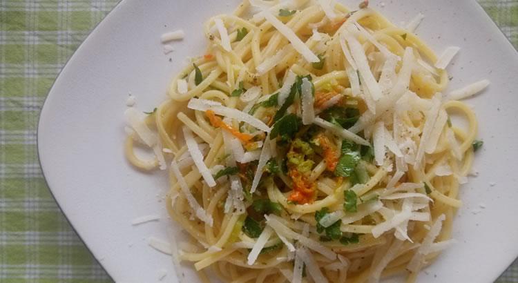 ricetta spaghetti con fiori di zucchina crudi