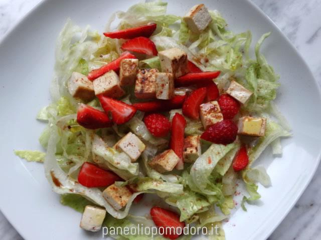 insalata iceberg, tofu e fragole